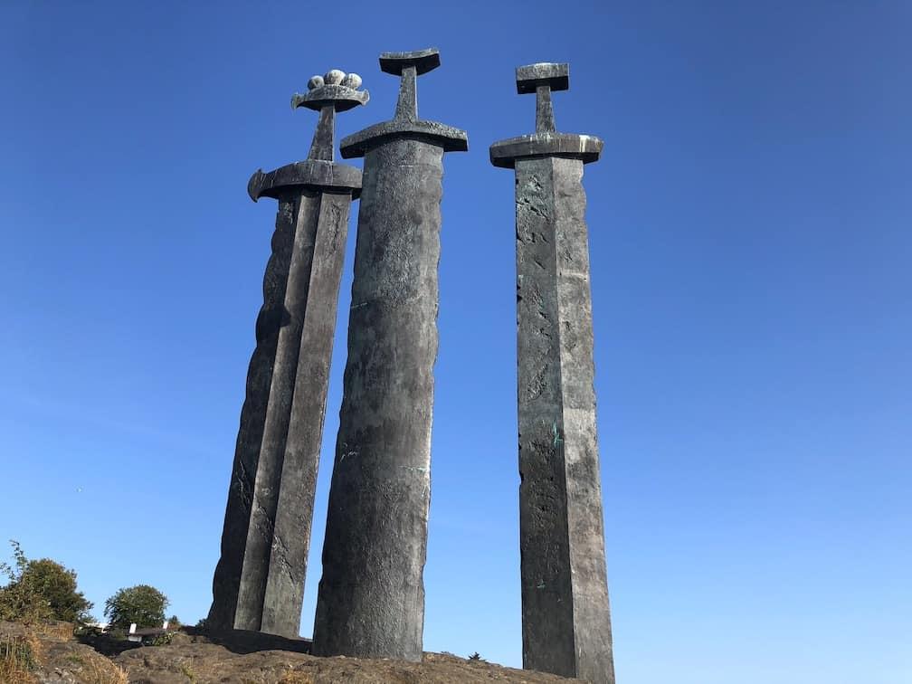 Sverd i fjell- The swords in the rock in Stavanger, Norway. #monument #norway #thingstodo #tips #stavanger #Sverdifjell