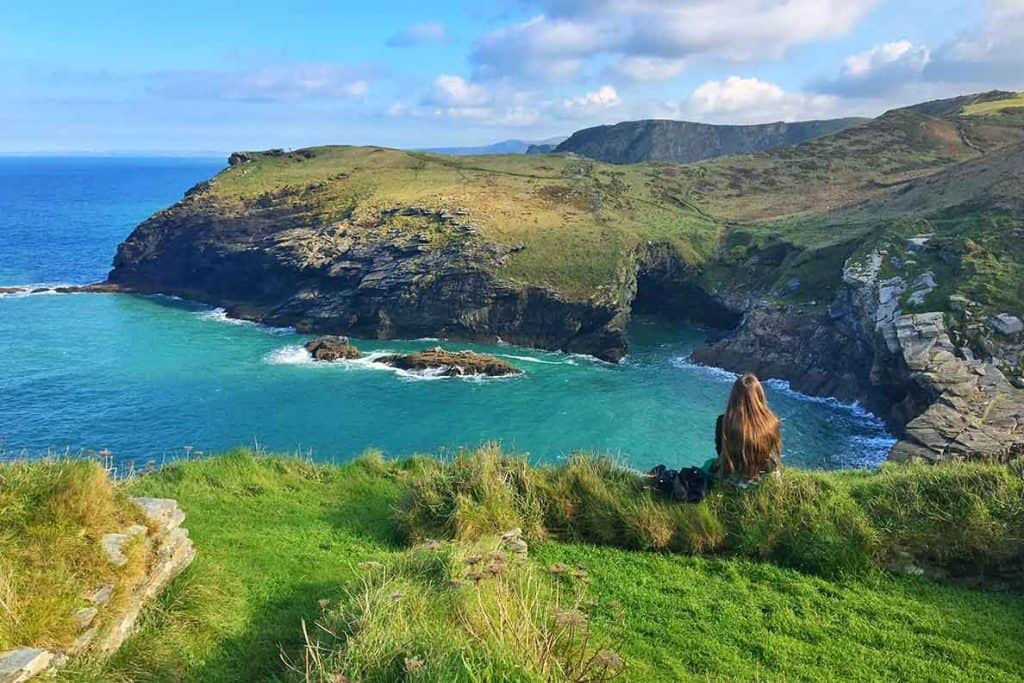 Visitez le célèbre château de Tintagel, domicile du roi Arthur! Nous avons également exploré la grotte impressionnante de Merlin - certainement un must si vous êtes à Cornwall. #tintagel #castle #uk #cornwall #merlin #cave #camelot #placestovisit #thingstodo #england #visit #traveltips #trave