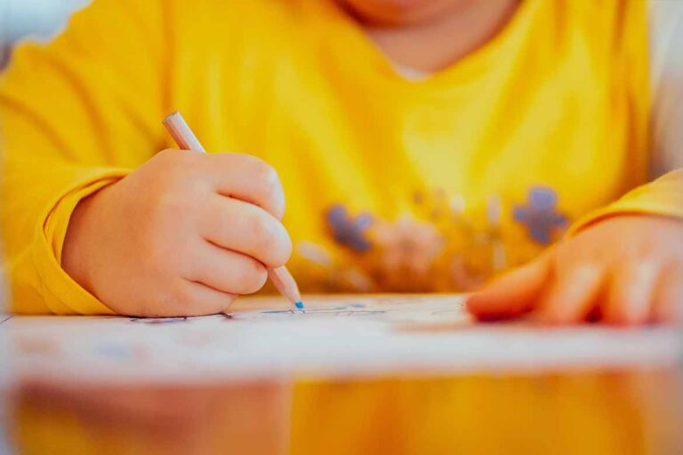 Need ideas for quiet activities for kids? Here are 14 perfect quiet time child and teenager activities Looking for quiet time activities for kids, tweens and teenagers? Here are 14 ideas things to do when you need a moment to yourself! Quiet time activities for kids | Quiet things to do for children | Independent activities for tweens