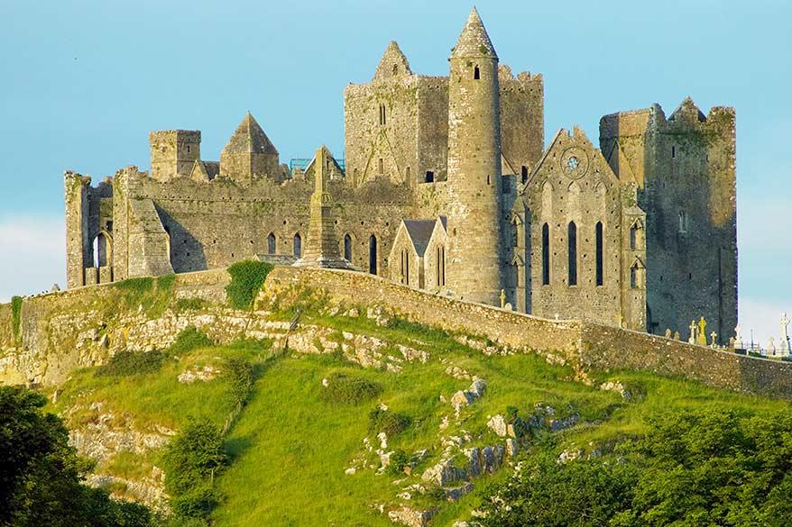Rock of Cashel - un lieu incontournable à visiter lors d'un road trip en Irlande du Sud